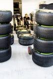 Scuderia Toro Rosso mecánicos Comprobación de los neumáticos antes del ra Imagen de archivo