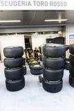 Scuderia Toro Rosso mecánicos Preparación del caucho Fotografía de archivo libre de regalías