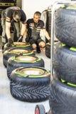 Scuderia Toro Rosso mecánicos Preparación del caucho para competir con Imagen de archivo libre de regalías
