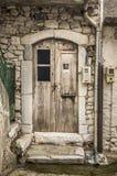 Scuffed szalunku drzwi biały dom Fotografia Stock