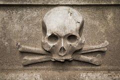 Scull στην ταφόπετρα Στοκ Εικόνα