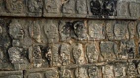 Scull, der auf einer Wand schnitzt Stockbilder