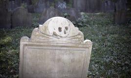 Scull e lápide dos ossos da cruz Imagem de Stock