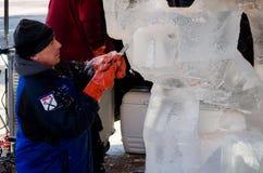 Sculpter del hielo en la acción Fotografía de archivo