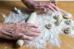Sculpter des boulettes russes traditionnelles de viande avec de la viande hachée Photographie stock