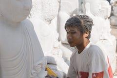 Sculpteur dans Myanmar photos stock