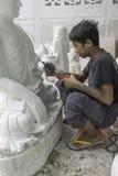 Sculpteur dans Myanmar photographie stock libre de droits