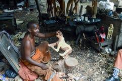 Sculpteur kenyan qui montre le contour Image libre de droits