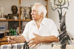 Sculpteur près de son travail Photos libres de droits