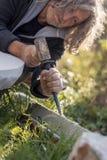 Sculpteur sculptant avec le burin et le marteau en marbre Photos libres de droits