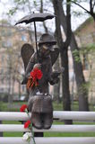 Sculptez l'ange lisant un livre sur un banc Images libres de droits