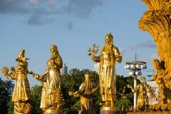 sculptez la fontaine de l'amitié des peuples à VDNH à Moscou dans le coucher du soleil Photo stock