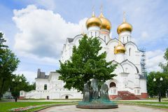 Sculptez le ` de trinité de ` à la cathédrale d'hypothèse un jour ensoleillé de juillet yaroslavl Photo libre de droits