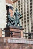 Sculptez le groupe à l'entrée au bâtiment principal de l'université de l'Etat de Moscou Images libres de droits