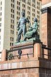Sculptez le groupe à l'entrée au bâtiment principal de l'université de l'Etat de Moscou Images stock