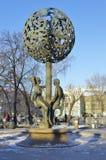 Sculptez les chiffres bibliques d'Adam et d'Ève, fontaine Photo stock