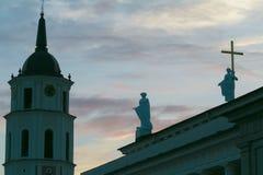 Sculptez les silhouettes de la Ste.Hélène et du saint Casimir sur la basilique de cathédrale du toit de St Stanislaus et de St La Images libres de droits