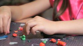 Sculpting αριθμοί μικρών κοριτσιών από το plasticine απόθεμα βίντεο