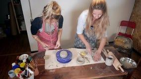 Sculpting Lektion in einer Werkstatt stock footage
