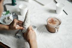 Sculpting od klingeryt masy gips lub ceramika Kobiet ręki przygotowywają zdjęcie stock