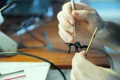 Sculpting proces M?ody cz?owiek sculpting handmade zabawkarskiej pszczo?y od plastikowego kleid?a, domowy dekoraci craftsmanship  zdjęcia royalty free