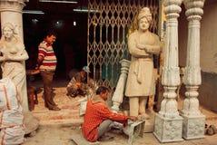 Sculptores die kolommen en een beeldhouwwerk van Swami Vivekananda maken Stock Foto