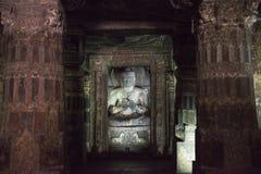 Sculptur av Buddha inom den Ajanta templet, Indien Royaltyfri Fotografi