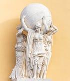 Sculpture à l'entrée du bâtiment d'Amirauté dans l'animal familier de saint Image libre de droits