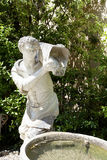 Sculpture antique d'un homme avec un seau de l'eau dans Boboli le Gard Images libres de droits