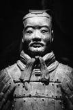 Sculpture antique en terre cuite d'un soldat chinois  Photo stock