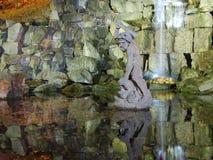 Sculpture antique reflétée dans le lac Photo libre de droits