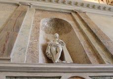 Sculpture au-dessus de l'escalier principal Château de Mikhailovsky St Petersburg images stock