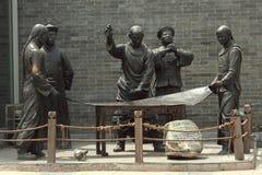 Sculpture avec l'image du peuple chinois antique dedans Photo stock