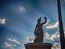 Sculpture avec un ciel bleu et un soleil Photo stock