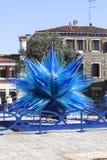 """Sculpture bleue """"en étoile en verre de comète """", Campo Santo Stefano, Venise, Italie photographie stock libre de droits"""