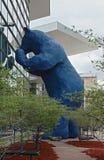 """Sculpture bleue iconique en ours, """"je vois ce que voulez dire vous """"chez le Colorado Convention Center photo libre de droits"""