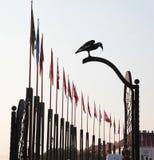 Sculpture d'un corbeau et des mâts de drapeau dans Buda, Budapest photographie stock libre de droits