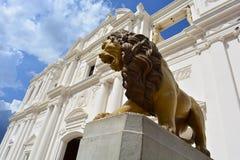 Sculpture d'un lion à la cathédrale de Léon, un centre d'héritage de l'UNESCO au Nicaragua image libre de droits