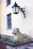 Sculpture d'un lion étendu au palais de Pavlovsk Image libre de droits