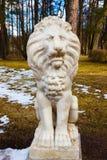 Sculpture d'un lion étendu au parc de Pavlovsk Image libre de droits