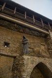 Sculpture d'un moine sans visage Vieux mur de forteresse dans la vieille ville, Tallinn, Estonie photo libre de droits