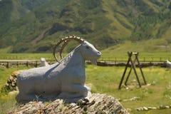 Sculpture d'une chèvre dans la République Altai photo stock