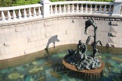 Sculpture d'une jeune fille dans un canal avec le fond de mosaïque Photographie stock libre de droits