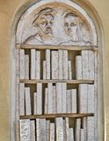 Sculpture dans le soulagement d'une étagère avec des livres fabriqués à partir de la pierre ou le plâtre photo libre de droits