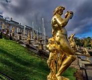 Sculpture de Bacchus et de satyre Une grande cascade de fontaines est la construction la plus grandiose du Petergofa image libre de droits