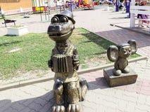 sculpture de Cheburashka et de gènes de crocodile illuminés par le soleil photos stock