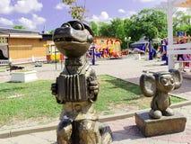 sculpture de Cheburashka et de gènes de crocodile illuminés par le soleil photographie stock libre de droits