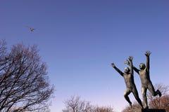Sculpture de deux garçons en parc de Vigeland, Norvège images stock
