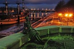 Sculpture de fille de touristes sur un fond du Novgorod Kremlin, Russie Photos libres de droits