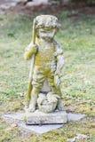 Sculpture de garçon tenant les poissons et la canne à pêche dans sa main photos libres de droits